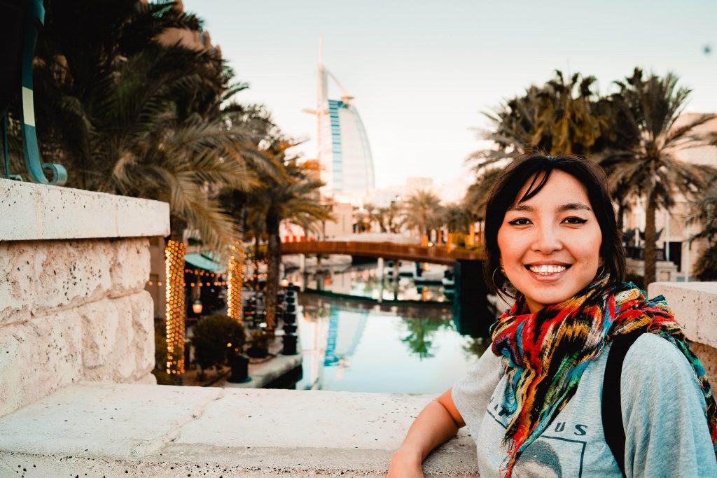 Dubai, Frau vor dem Burj al Arab